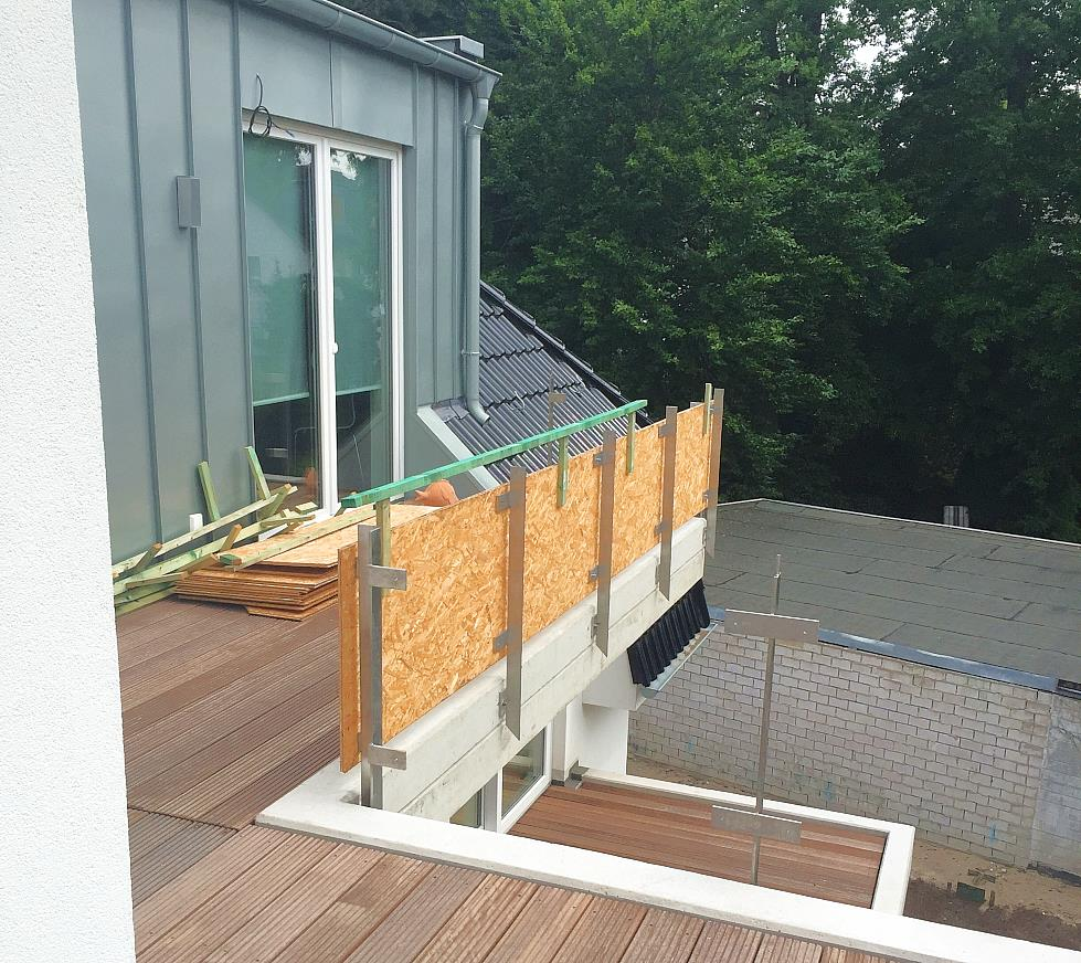 Balkon in Echtholz und Edelstahlumrandung