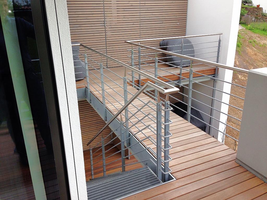 aufwändiger Treppenlauf in Stahl-/Edelstahloptik