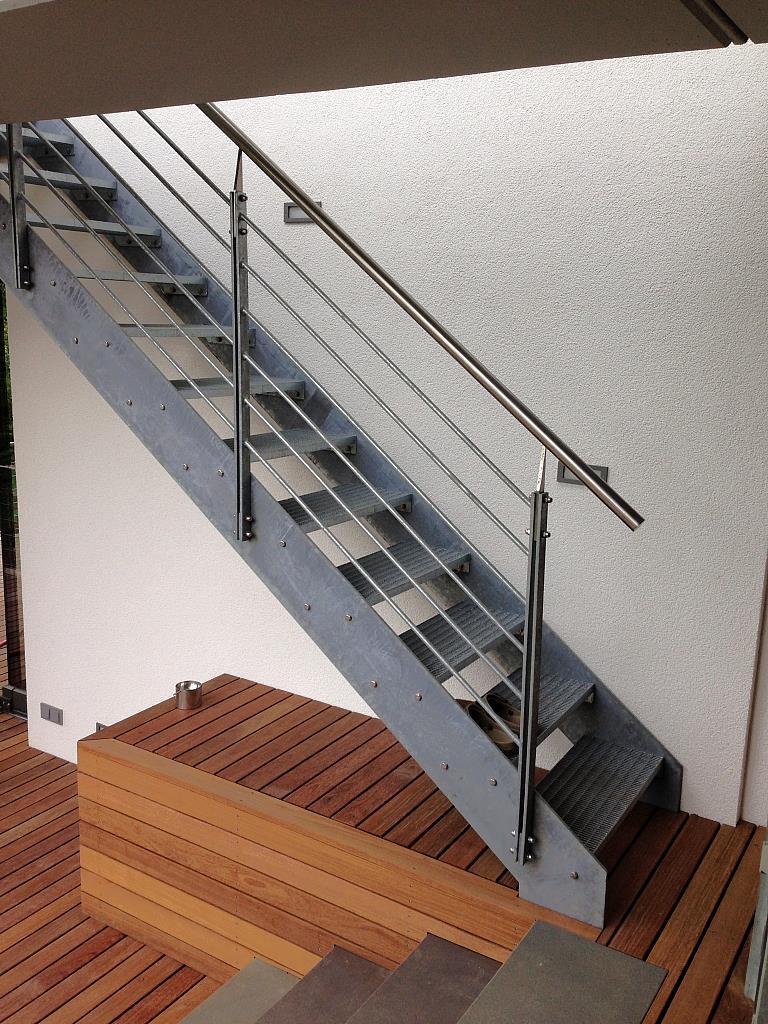 Stahl-Edelstahltreppe in Kombination mit Edelholz