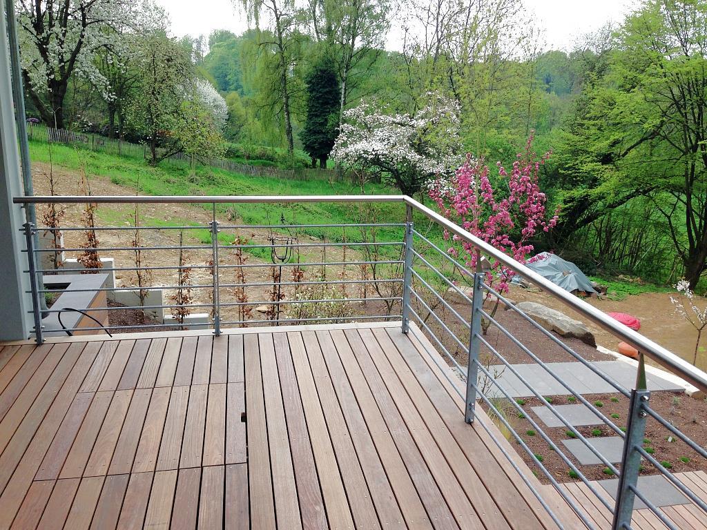 großzügiger Balkon aus Edelholz mit Edelstahlgeländer