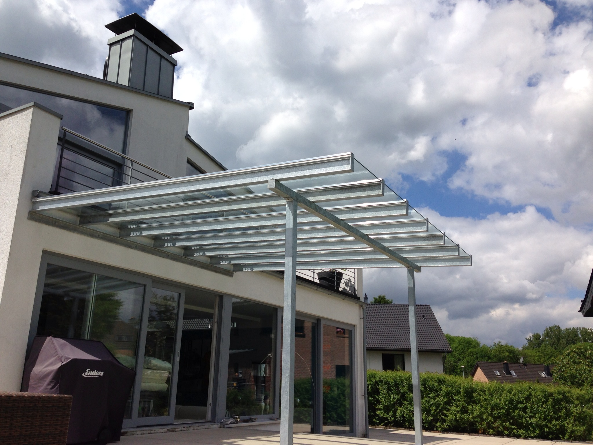 Luftiges Vordach für eine Terrasse, Stahlträgerkonstruktion