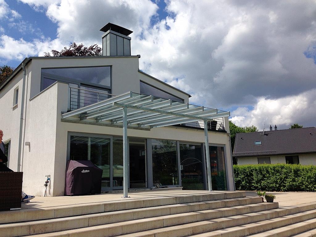Luftiges Vordach für eine Terrasse, aus anderer Perspektive
