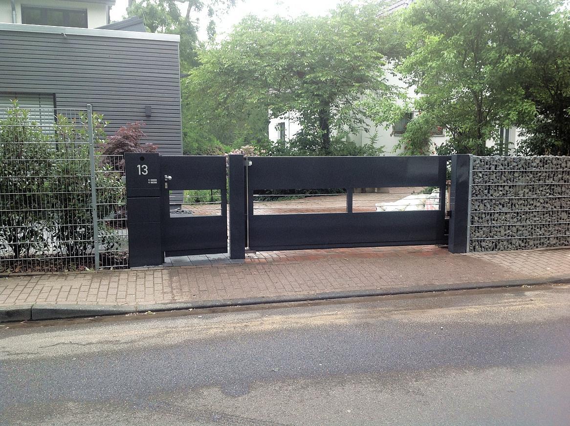 Edle Konstruktion, Einfahrtstor mit separater Tür