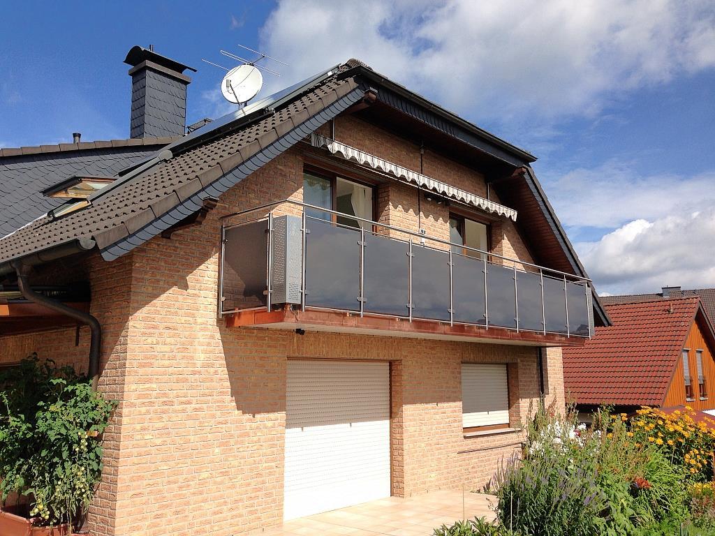 großzügiger Balkon an Ein-Familienhaus mit Edelstahlgeländer in Lochblechoptik