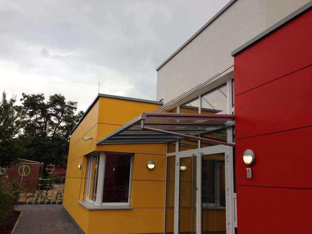 einfaches Vordach in Stahl- Glaskonstruktion über Eingangstür