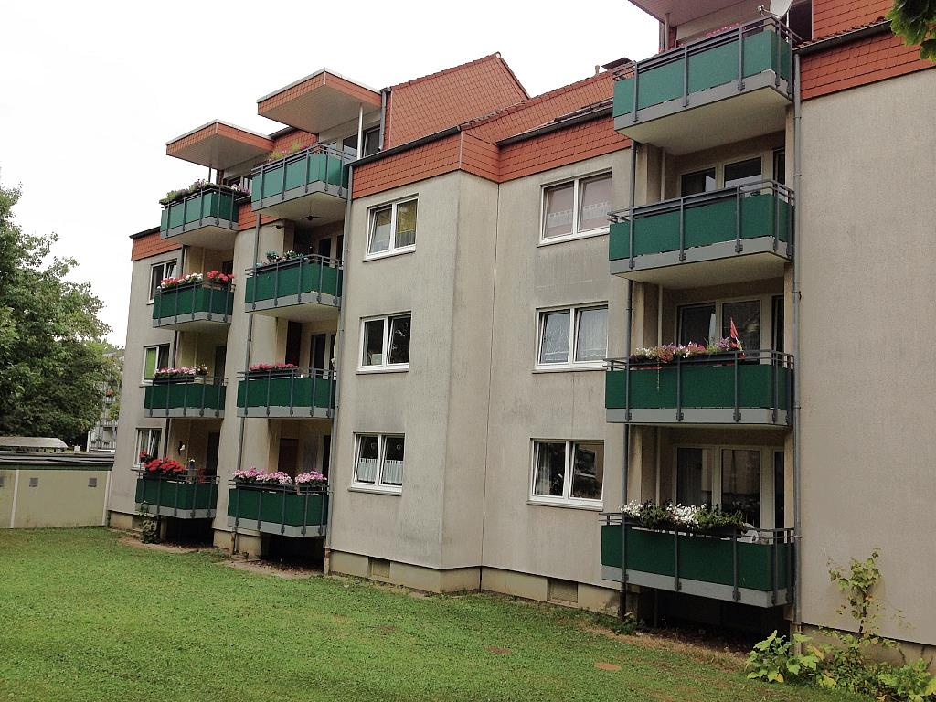 Verschönerung eines Mehrfamilienhauses durch ansprechende Stahlbalkone