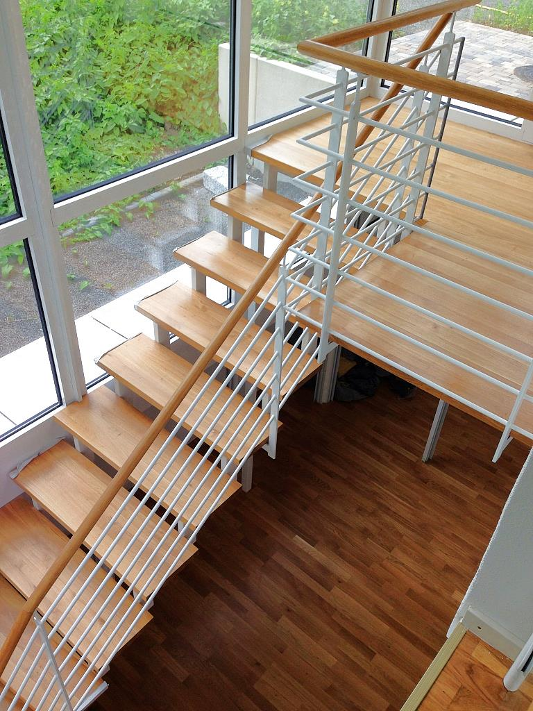 Elegante Innentreppe, in Kombination aus Holz und weisslackiertem Stahl
