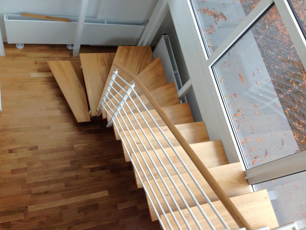 Elegante Innentreppe, in Kombination aus Holz und weisslackiertem Stahl, aus anderem Blickwinkel