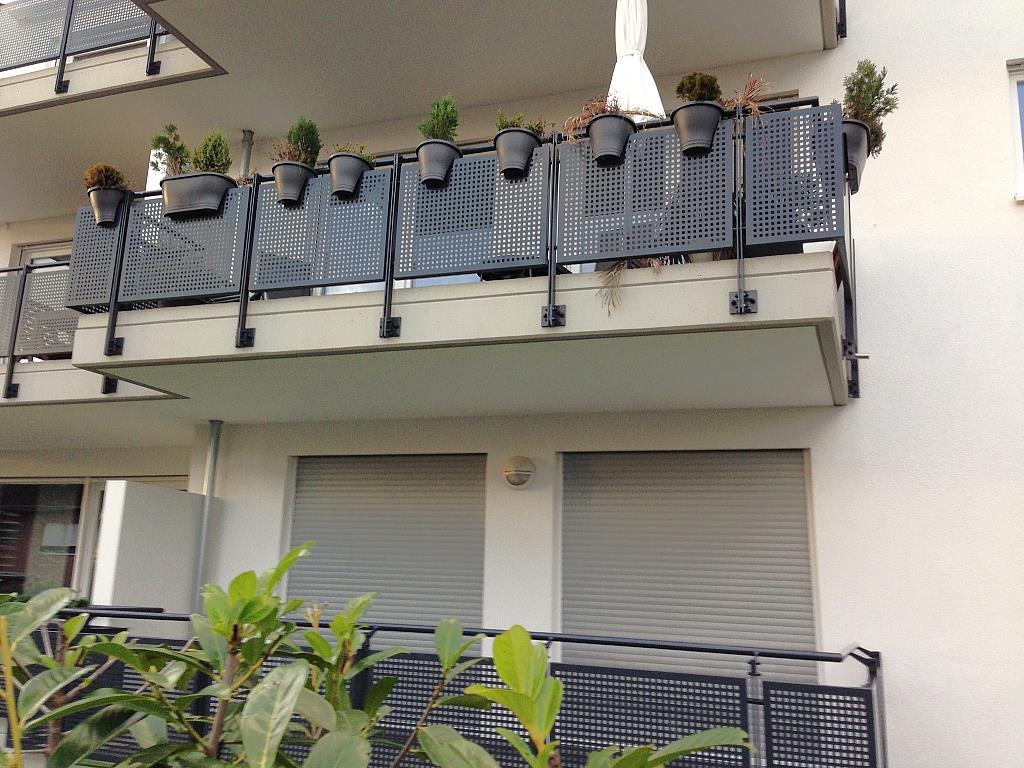Balkonumrandung in schwarzem Edelstahl mit Lochblechoptik